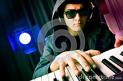 DJ dat muziek mengt