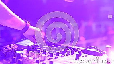 DJ-handen controleren geluidsconsole voor het mengen van muziek in disco-club Vingers, schuifknoppen, elektronische muziek afspel stock videobeelden
