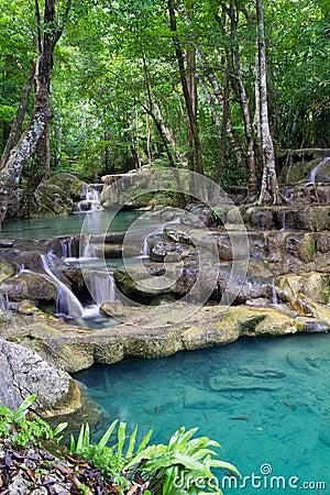 Djup erawan skogvattenfall