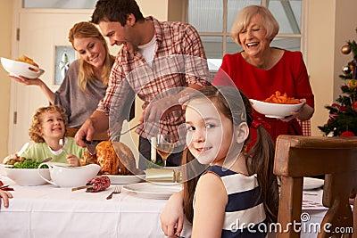 Dîner de Noël de portion de famille