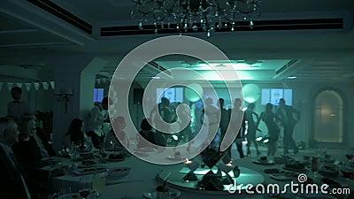 DNIPRO, UKRAINE - 3 MARS 2018 : silhouettes de danseurs classiques au mouvement lent aux discolights sur l'?tape banque de vidéos