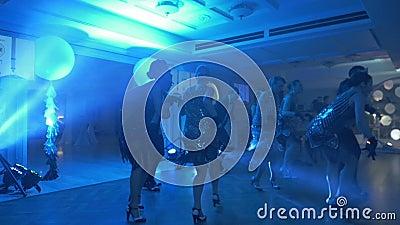 DNIPRO, UKRAINE - 3 MARS 2018 : silhouettes de danseurs classiques au mouvement lent aux discolights sur l'?tape clips vidéos