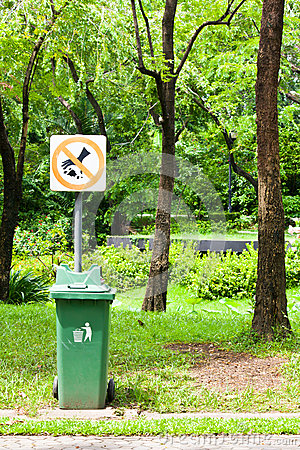 Free Do Not Throw Rubbish Sign In The Park Stock Images - 26591064