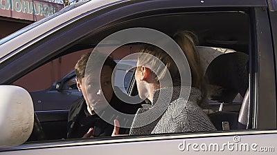 Dobiera się kłócić się, argueing i krzyczeć w samochodzie, zbiory wideo