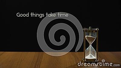 Dobre rzeczy biorą czas, popularny wyrażenie o cierpliwości, sandglass na stole zbiory wideo