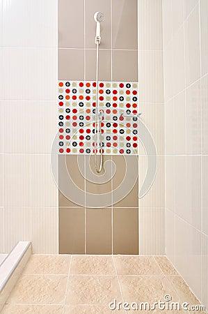 Doccia del bagno con le mattonelle progettate fotografia stock ...