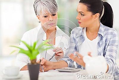 Dochter die moederfinanciën helpen