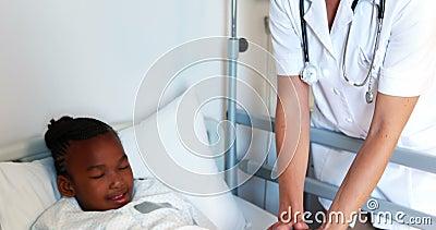 Docteur féminin consolant la fille malade banque de vidéos