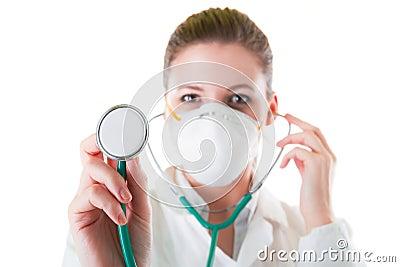 Docteur féminin dans le masque avec le stéthoscope aigu