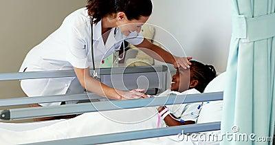Docteur féminin examinant une fille malade banque de vidéos