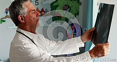 Docteur masculin examinant un rayon X clips vidéos