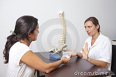 Docteur refusant le paiement en espèces