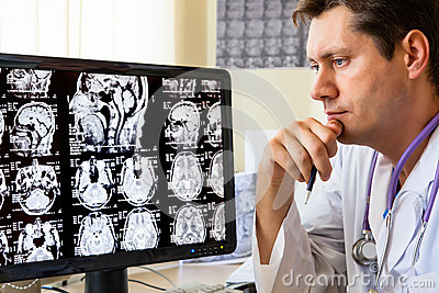 Docteur regardant le balayage de ct