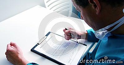 Docteur remplissant forme d'assurance-maladie banque de vidéos