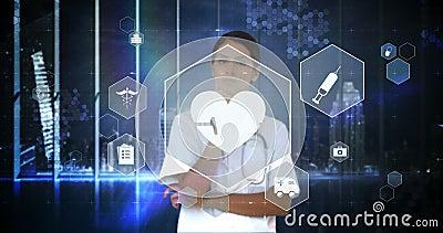 Docteur touchant l'écran virtuel d'interface numérique banque de vidéos