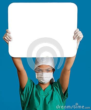 Doctor con una tarjeta en blanco