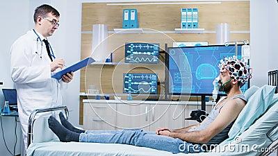 Doctor in de hersenactiviteit die een onderzoek verricht naar het menselijk brein in een neurologisch centrum stock footage