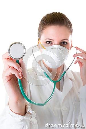 Doctor de sexo femenino en máscara con el estetoscopio acentuado