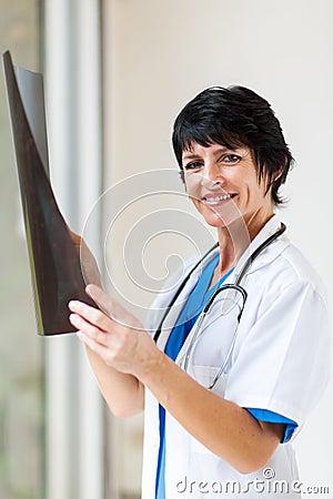 Doctor envejecido centro