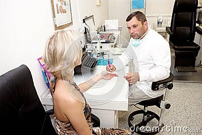 Doctor, examinando a un paciente