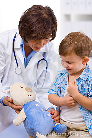 Free Doctor Examining Child Royalty Free Stock Photography - 7618047