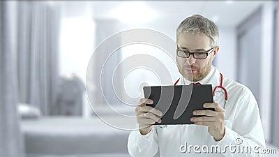 Doctor gebruikt moderne tablet-pc voor telegeneeskunde-sessie met een patiënt, neergeschoten op een rode camera stock video