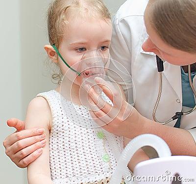 Doctor helps little girl