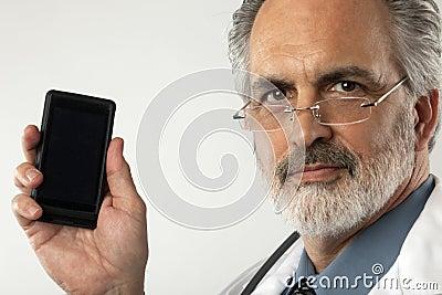 Doctor que soporta el teléfono celular