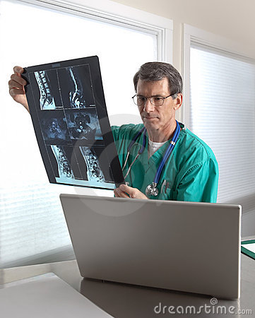 Free Doctor Reviewing Patient MRI Scans Royalty Free Stock Photo - 9774815