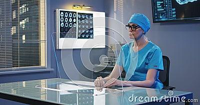 Doctor usando la pantalla de visualizaci?n transparente metrajes