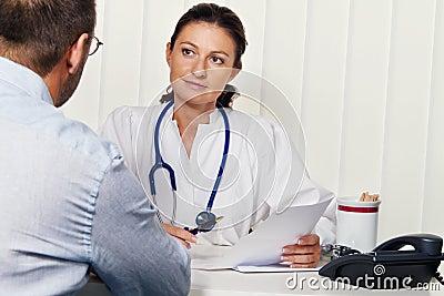 Doctores en práctica médica con los pacientes.
