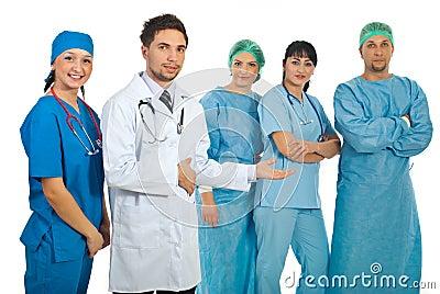 Doctores jovenes que presentan a sus personas