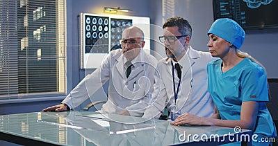 Doctores usando la pantalla de visualizaci?n transparente metrajes