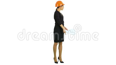 Documenti femminili arrabbiati della tenuta del supervisore della costruzione e gridare ai lavoratori su fondo bianco video d archivio