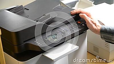 Documento de la impresión de la mano en la impresora o el fax almacen de video