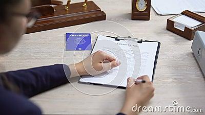 Documento di deportazione firmato dai dipendenti con passaporto blu, diritto internazionale archivi video