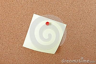 Documento di nota giallo allegato con il perno rosso.