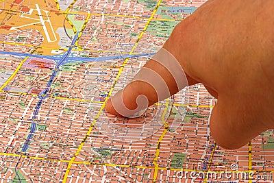Doigt sur une carte