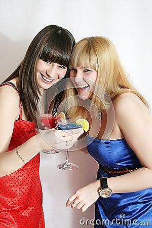Dois amigos bonitos com cocktail