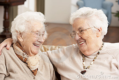 Dois amigos sênior das mulheres no centro do centro de dia