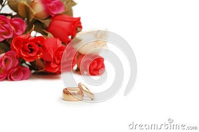 Dois anéis e flores de casamento