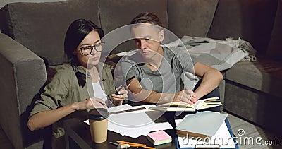 Dois discutindo design de um novo apartamento ou trabalhando juntos sentados no chão e usando um smartphone em casa filme