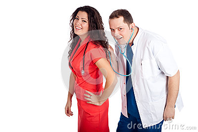 Dois doutores que jogam com estetoscópio