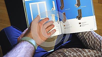 Dois homens adultos sênior nas janelas do folheto de marketing vídeos de arquivo
