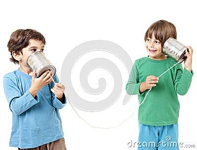 Dois meninos que falam em um telefone da lata de estanho