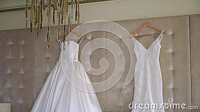 Dois vestidos de luxo para noiva Bridal White vídeos de arquivo