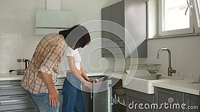 Dojrzała para sprawdza nową kuchnię w ich domu Kupienie nieruchomo?ci poj?cie zdjęcie wideo