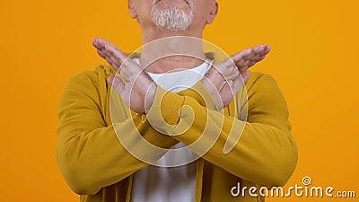 Dojrzały mężczyzna bez ramion krzyżujących znaki, wyrażenie odrzucenia, niezatwierdzenia zbiory wideo