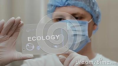 Doktor benutzt Tablette mit Text Ökologie stock video footage