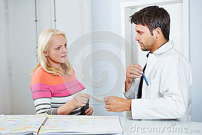 Doktor, der älterer Frau eine Verordnung gibt